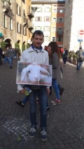 TRENTO 03.04.2015 Volantinaggio in centro insieme ad altri animalisti indipendenti contro il massacro Pasquale di agnelli e capretti 4