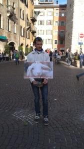 TRENTO 03.04.2015 Volantinaggio in centro insieme ad altri animalisti indipendenti contro il massacro Pasquale di agnelli e capretti 5