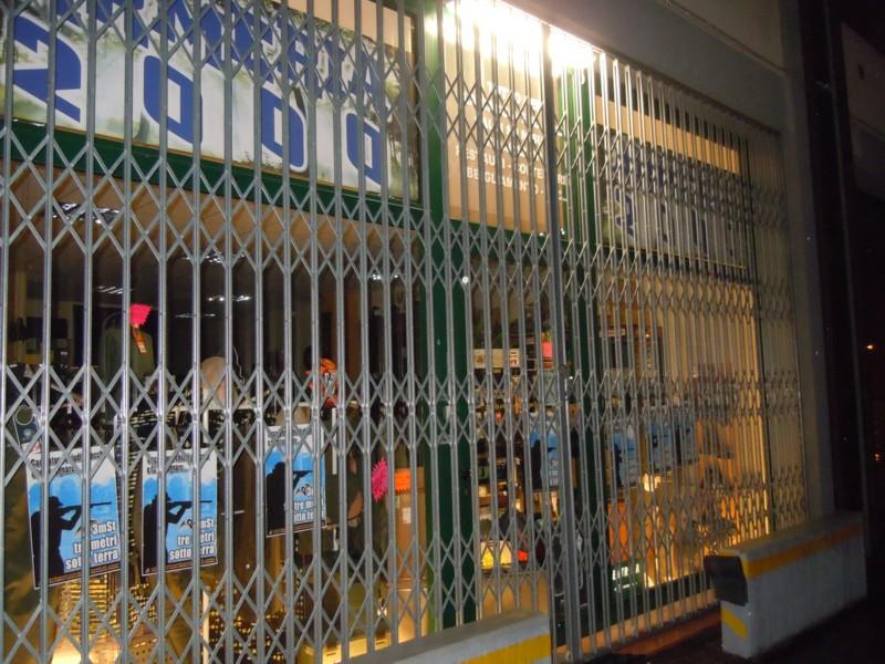 Rovigo Tappezzate le vetrate dell'armeria 2000 10
