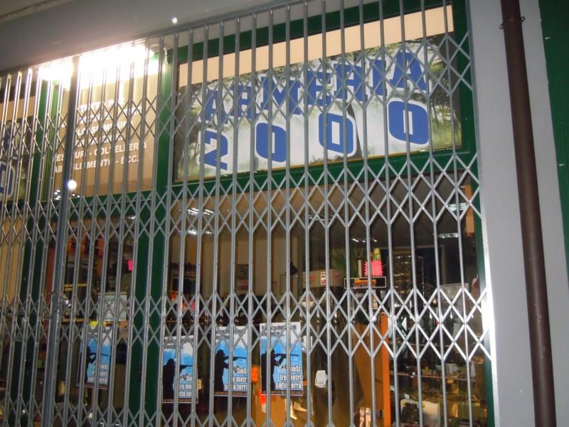 Rovigo Tappezzate le vetrate dell'armeria 2000 12