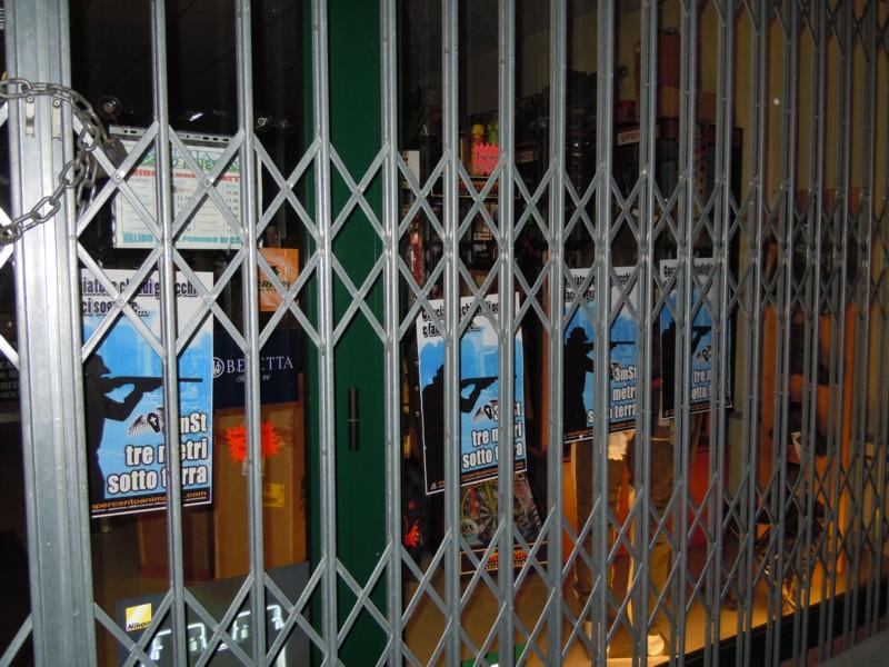 Rovigo Tappezzate le vetrate dell'armeria 2000 9