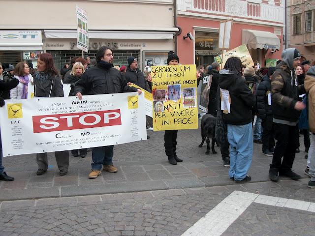 Bolzano 04.02.2012 manifestazione contro lo sfruttamento degli animali 300