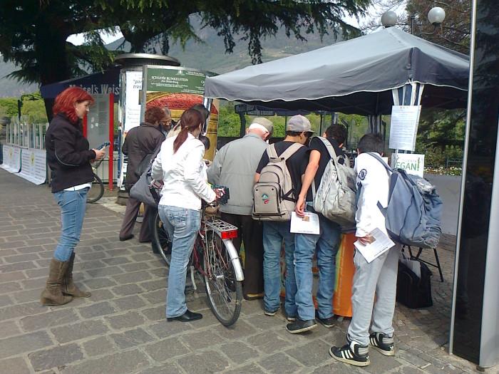 14.04.2012 - BOLZANO - TAVOLO INFORMATIVO CONTRO LA CACCIA E SULL'ALIMENTAZIONE VEGANA 106