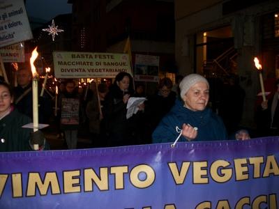 03 dicembre 2011 Trento fiaccolata per denunciare lo sterminio degli animali nel periodo natalizio (e non solo!) 45