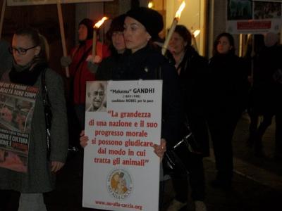 03 dicembre 2011 Trento fiaccolata per denunciare lo sterminio degli animali nel periodo natalizio (e non solo!) 54