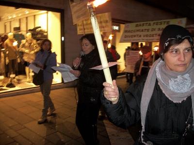 03 dicembre 2011 Trento fiaccolata per denunciare lo sterminio degli animali nel periodo natalizio (e non solo!) 57