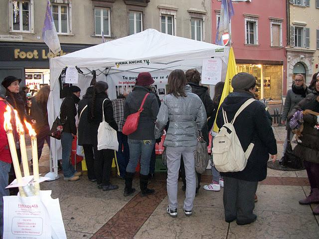 03 dicembre 2011 Trento fiaccolata per denunciare lo sterminio degli animali nel periodo natalizio (e non solo!) 246