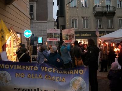03 dicembre 2011 Trento fiaccolata per denunciare lo sterminio degli animali nel periodo natalizio (e non solo!) 66