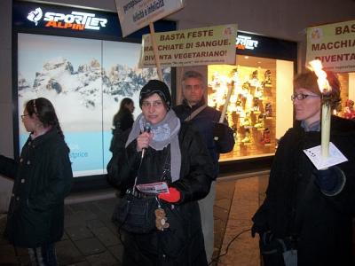 03 dicembre 2011 Trento fiaccolata per denunciare lo sterminio degli animali nel periodo natalizio (e non solo!) 72