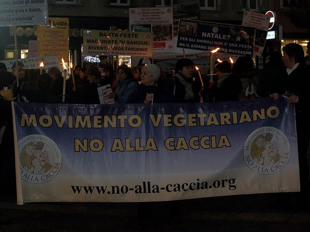 03 dicembre 2011 Trento fiaccolata per denunciare lo sterminio degli animali nel periodo natalizio (e non solo!) 256