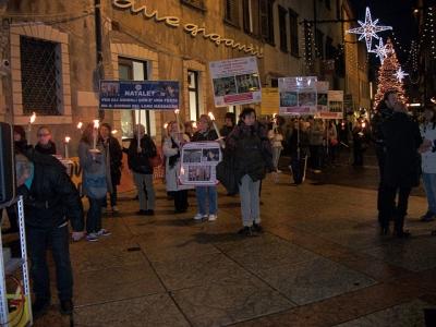03 dicembre 2011 Trento fiaccolata per denunciare lo sterminio degli animali nel periodo natalizio (e non solo!) 74