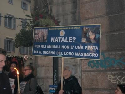 03 dicembre 2011 Trento fiaccolata per denunciare lo sterminio degli animali nel periodo natalizio (e non solo!) 75