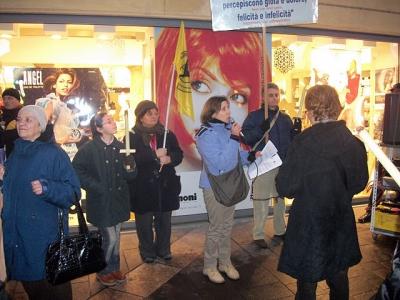 03 dicembre 2011 Trento fiaccolata per denunciare lo sterminio degli animali nel periodo natalizio (e non solo!) 77