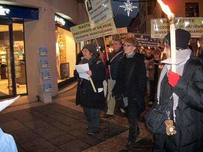 03 dicembre 2011 Trento fiaccolata per denunciare lo sterminio degli animali nel periodo natalizio (e non solo!) 79