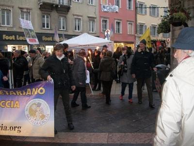 03 dicembre 2011 Trento fiaccolata per denunciare lo sterminio degli animali nel periodo natalizio (e non solo!) 85