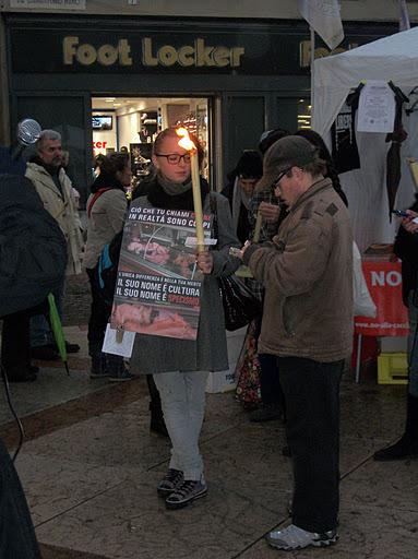 03 dicembre 2011 Trento fiaccolata per denunciare lo sterminio degli animali nel periodo natalizio (e non solo!) 272