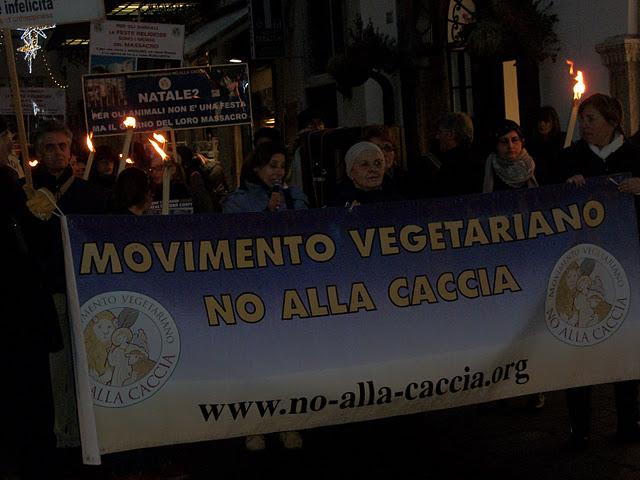 03 dicembre 2011 Trento fiaccolata per denunciare lo sterminio degli animali nel periodo natalizio (e non solo!) 273
