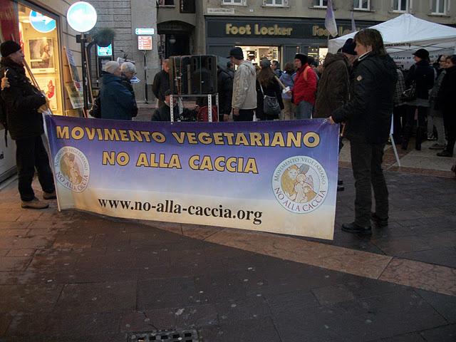 03 dicembre 2011 Trento fiaccolata per denunciare lo sterminio degli animali nel periodo natalizio (e non solo!) 274
