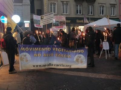 03 dicembre 2011 Trento fiaccolata per denunciare lo sterminio degli animali nel periodo natalizio (e non solo!) 93