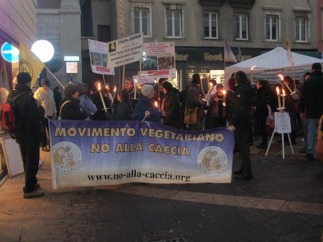 03 dicembre 2011 Trento fiaccolata per denunciare lo sterminio degli animali nel periodo natalizio (e non solo!) 276