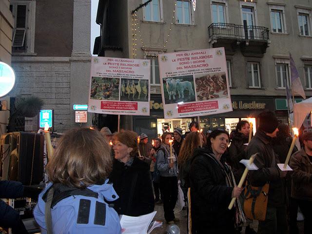 03 dicembre 2011 Trento fiaccolata per denunciare lo sterminio degli animali nel periodo natalizio (e non solo!) 277