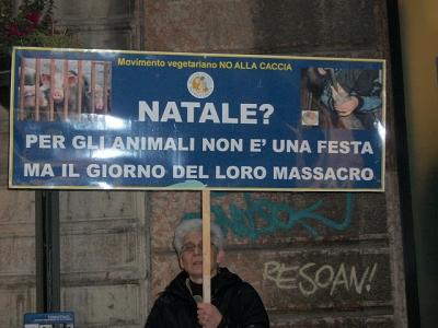 03 dicembre 2011 Trento fiaccolata per denunciare lo sterminio degli animali nel periodo natalizio (e non solo!) 95