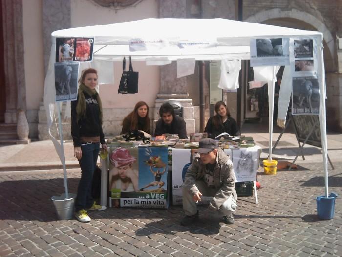 16 aprile 2011 - TAVOLO INFORMATIVO SU MASSACRO AGNELLI E CAPRETTI PERIODO PASQUALE 96