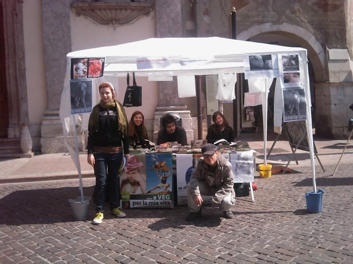 16 aprile 2011 - TAVOLO INFORMATIVO SU MASSACRO AGNELLI E CAPRETTI PERIODO PASQUALE 97
