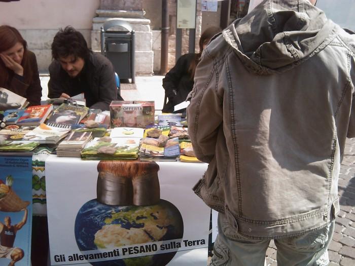 16 aprile 2011 - TAVOLO INFORMATIVO SU MASSACRO AGNELLI E CAPRETTI PERIODO PASQUALE 99