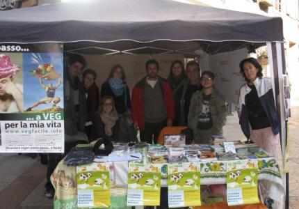 TRENTO 15.10.2011- TAVOLO INFORMATIVO PER LA SETTIMANA VEGETARIANA MONDIALE 21