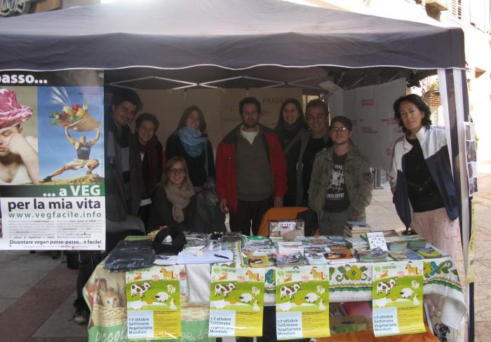 TRENTO 15.10.2011- TAVOLO INFORMATIVO PER LA SETTIMANA VEGETARIANA MONDIALE 58