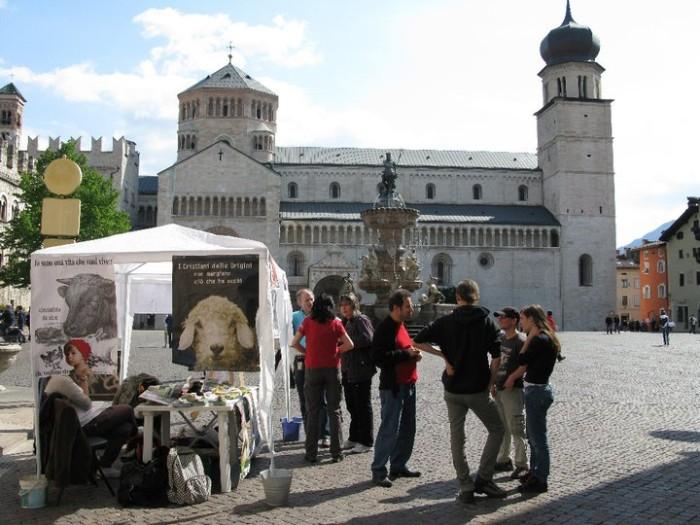 16 aprile 2011 - TAVOLO INFORMATIVO SU MASSACRO AGNELLI E CAPRETTI PERIODO PASQUALE 119