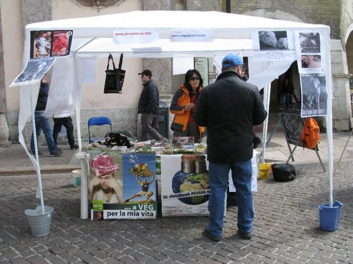 16 aprile 2011 - TAVOLO INFORMATIVO SU MASSACRO AGNELLI E CAPRETTI PERIODO PASQUALE 67