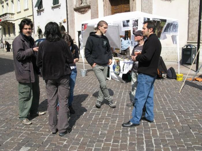 16 aprile 2011 - TAVOLO INFORMATIVO SU MASSACRO AGNELLI E CAPRETTI PERIODO PASQUALE 70
