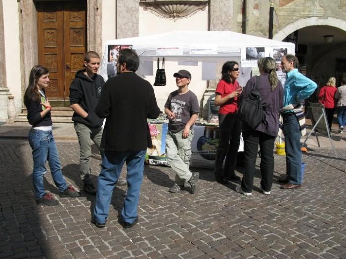 16 aprile 2011 - TAVOLO INFORMATIVO SU MASSACRO AGNELLI E CAPRETTI PERIODO PASQUALE 75