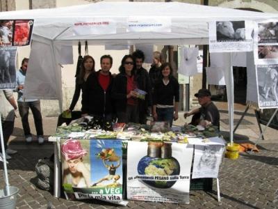 16 aprile 2011 - TAVOLO INFORMATIVO SU MASSACRO AGNELLI E CAPRETTI PERIODO PASQUALE 12
