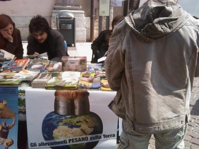 16 aprile 2011 - TAVOLO INFORMATIVO SU MASSACRO AGNELLI E CAPRETTI PERIODO PASQUALE 16
