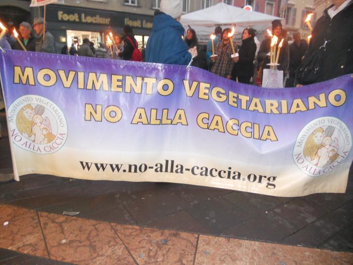 03 dicembre 2011 Trento fiaccolata per denunciare lo sterminio degli animali nel periodo natalizio (e non solo!) 284