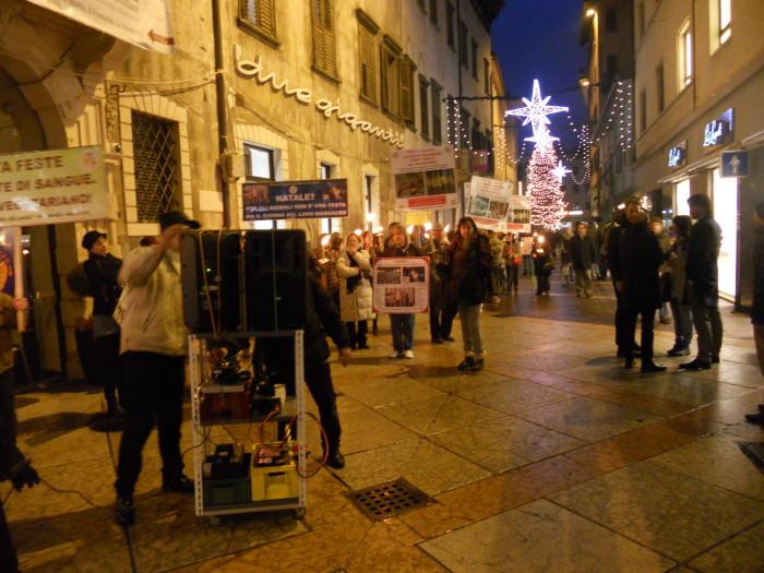 03 dicembre 2011 Trento fiaccolata per denunciare lo sterminio degli animali nel periodo natalizio (e non solo!) 286