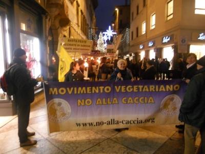 03 dicembre 2011 Trento fiaccolata per denunciare lo sterminio degli animali nel periodo natalizio (e non solo!) 111