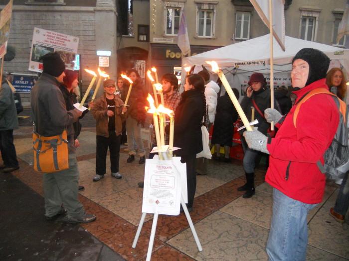 03 dicembre 2011 Trento fiaccolata per denunciare lo sterminio degli animali nel periodo natalizio (e non solo!) 296