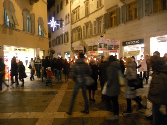 03 dicembre 2011 Trento fiaccolata per denunciare lo sterminio degli animali nel periodo natalizio (e non solo!) 300