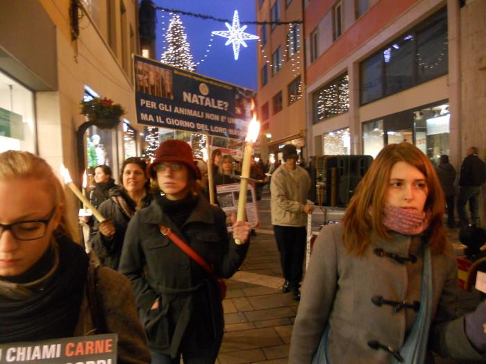 03 dicembre 2011 Trento fiaccolata per denunciare lo sterminio degli animali nel periodo natalizio (e non solo!) 306