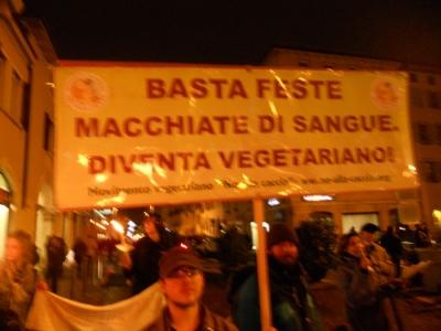 03 dicembre 2011 Trento fiaccolata per denunciare lo sterminio degli animali nel periodo natalizio (e non solo!) 125