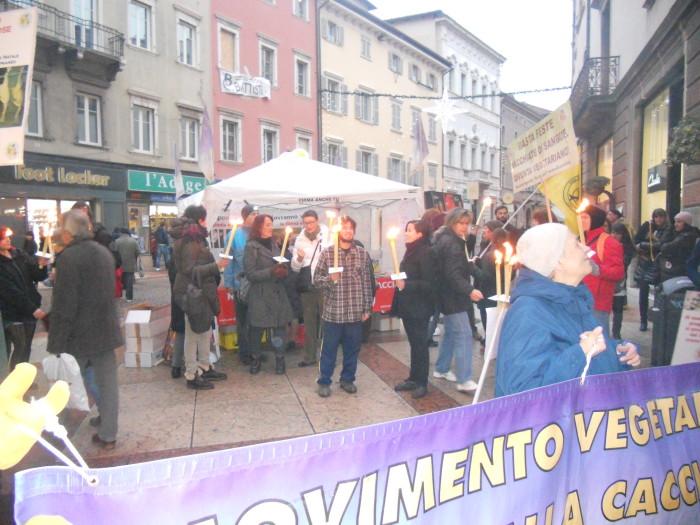 03 dicembre 2011 Trento fiaccolata per denunciare lo sterminio degli animali nel periodo natalizio (e non solo!) 310