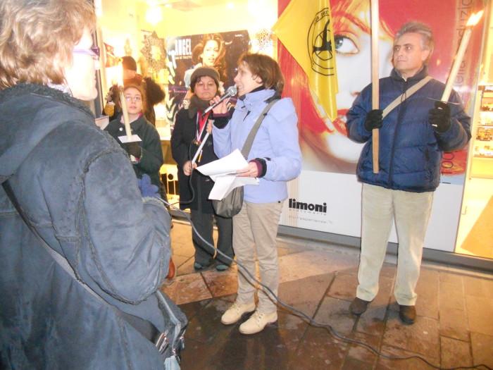 03 dicembre 2011 Trento fiaccolata per denunciare lo sterminio degli animali nel periodo natalizio (e non solo!) 340