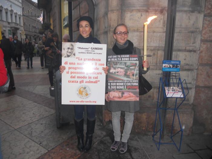03 dicembre 2011 Trento fiaccolata per denunciare lo sterminio degli animali nel periodo natalizio (e non solo!) 345