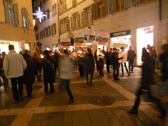 03 dicembre 2011 Trento fiaccolata per denunciare lo sterminio degli animali nel periodo natalizio (e non solo!) 360