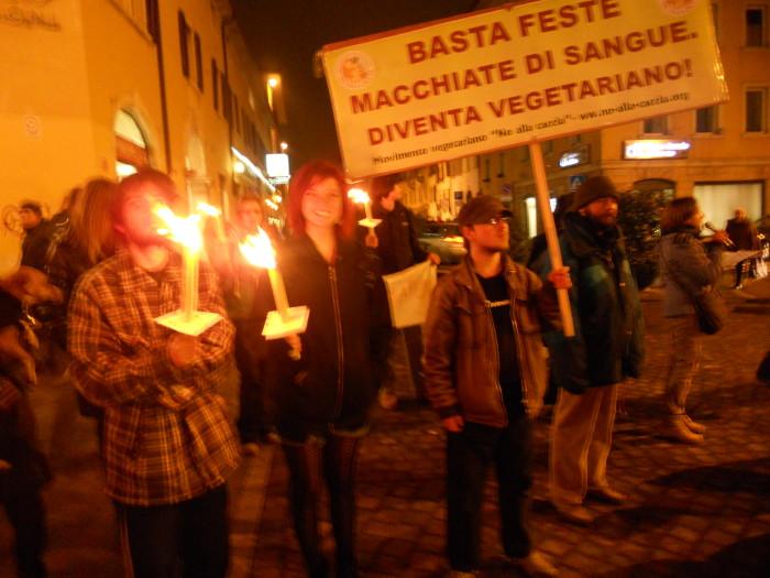 03 dicembre 2011 Trento fiaccolata per denunciare lo sterminio degli animali nel periodo natalizio (e non solo!) 362