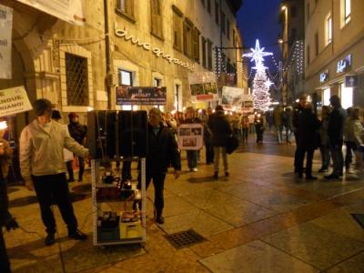 03 dicembre 2011 Trento fiaccolata per denunciare lo sterminio degli animali nel periodo natalizio (e non solo!) 2